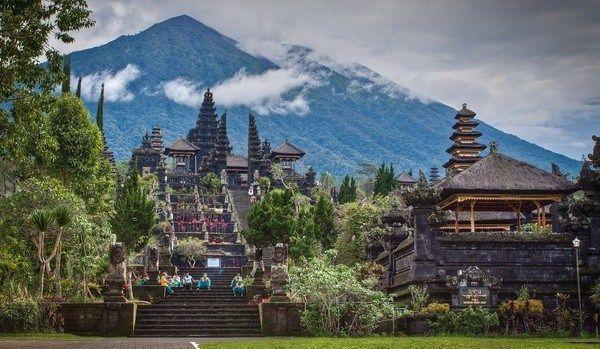 Festői a templomegyüttes a mögötte fekvő hegy csúccsal