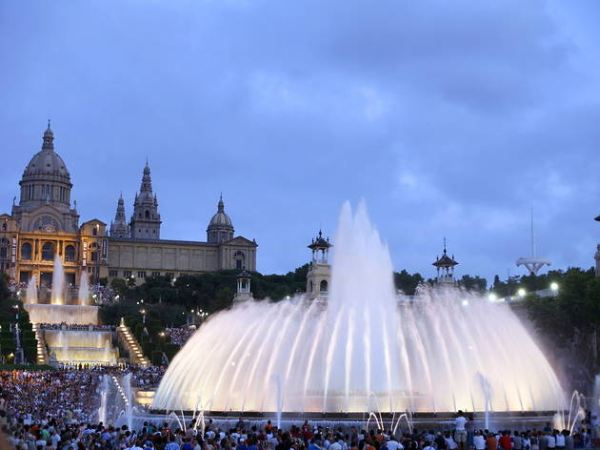 Zenélő szökőkút, háttérben a Katalán Szépművészeti Múzeum