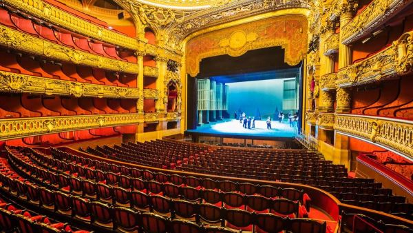 Impozáns belülről az Opera