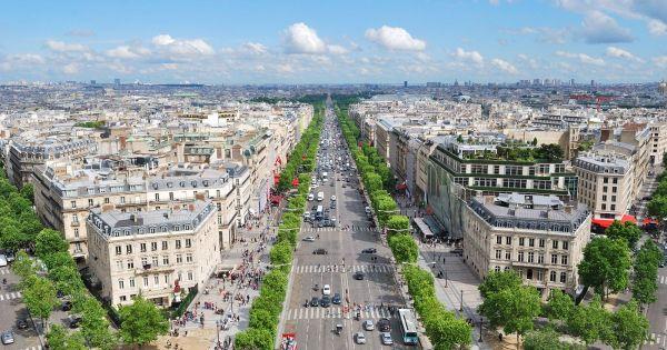 A Champs-Élysées sugárúton sok híres márkabolttal találkozhatunk
