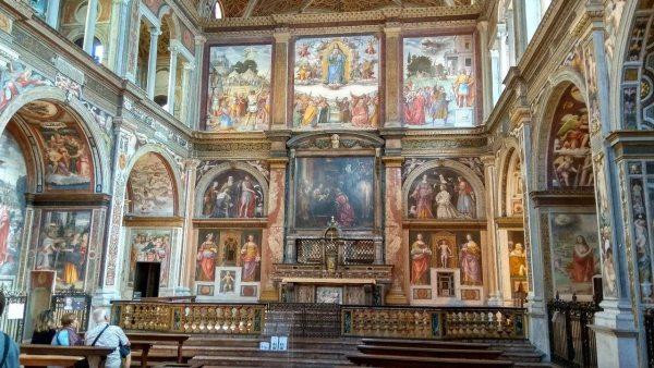 A templomban rengeteg gyönyörű freskó található