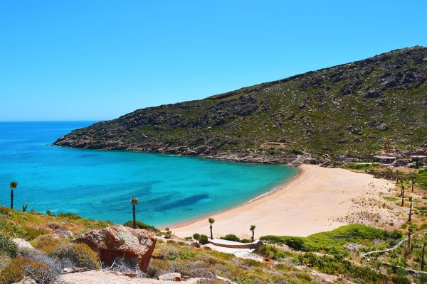 Egy kis öbölben található Ios legszebb tengerpartja