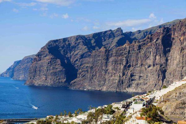 Los Gigantes hatalmas sziklái népszerű turistalátványosság