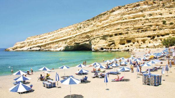 Matala strandja a háttérben lévő sziklaüregek miatt is ismert