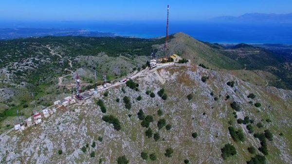 A hegycsúcson egy kolostor és egy TV-torony van