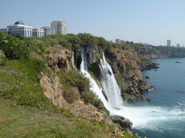 A Düden-vízesés Antalya keleti részén van