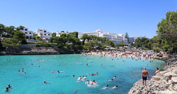 A Cala Esmeralda is egy benyúló öbölben található