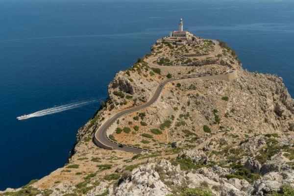 Jó kis szerpentines úton juthatunk el a Formentor csúcsán lévő kilátótoronyhoz