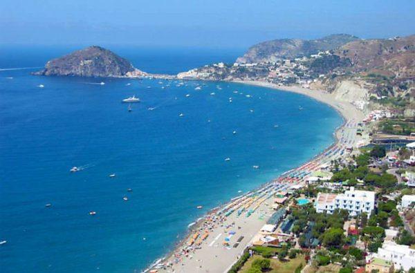 Ischia egyik legismertebb strandja, amely a vulkáni tevékenyég miatt szürkés színű