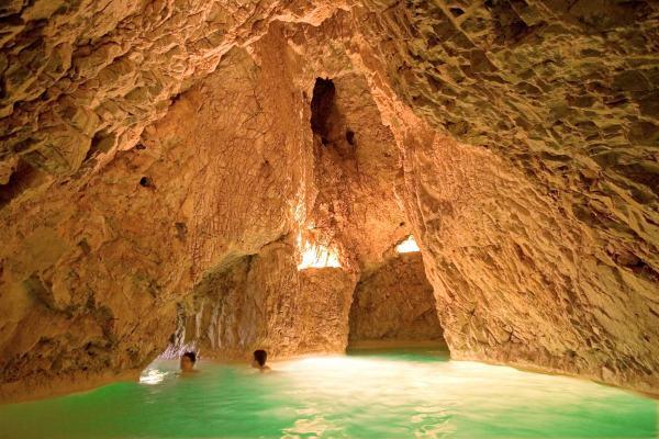 A miskolctapolcai barlangfürdőben élmény úszkálni