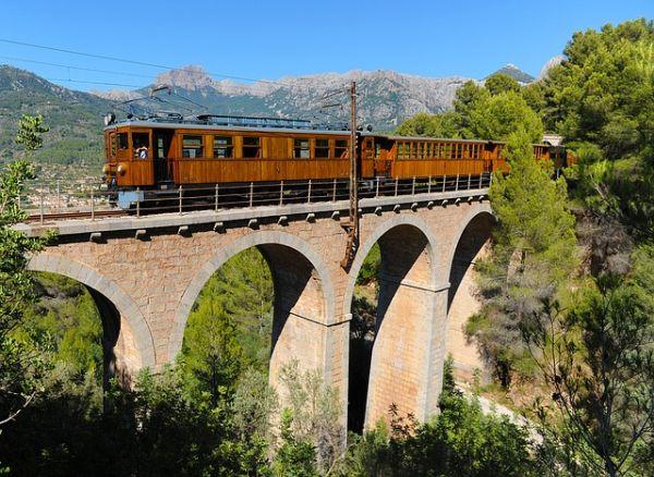 A vonat gyönyörű helyeken megy keresztül, amíg leér Sóllerbe