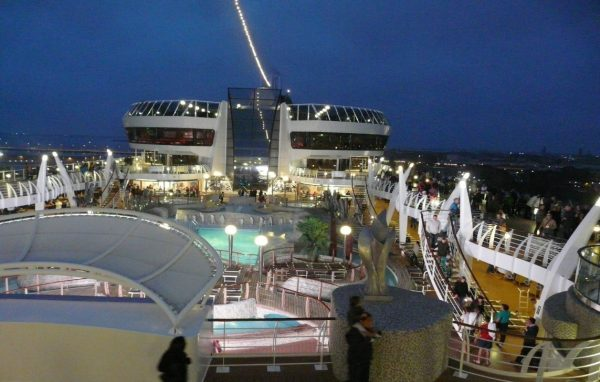 A hajó nyitott fedélzetén medencék, bárok találhatók