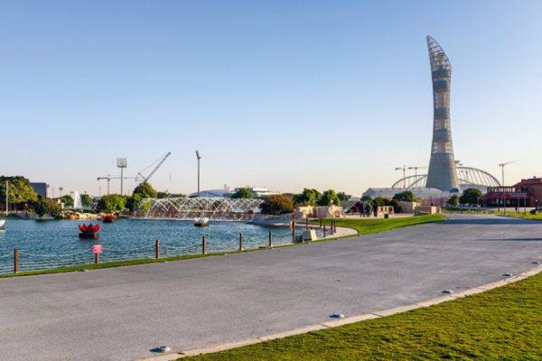 Aspire Park, jobbra a Khalifa Stadion és a The Torch szálloda