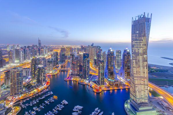 A Dubai Marinát sétálva és villamossal is körbejárhatjuk