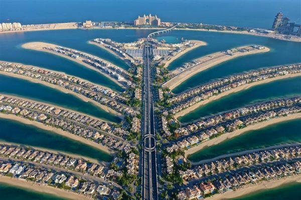 """A pálma ágai, """"tetején"""" az Atlantis Hotel"""