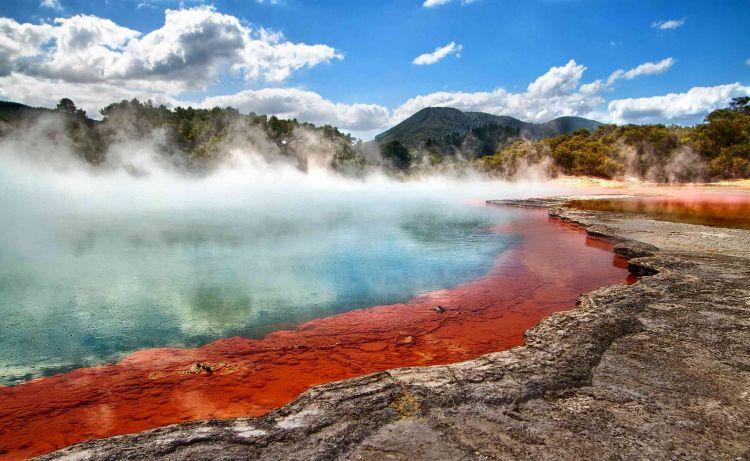 Új-Zéland látnivalók közül az egyik legnépszerűbb ez a sokszínű tó