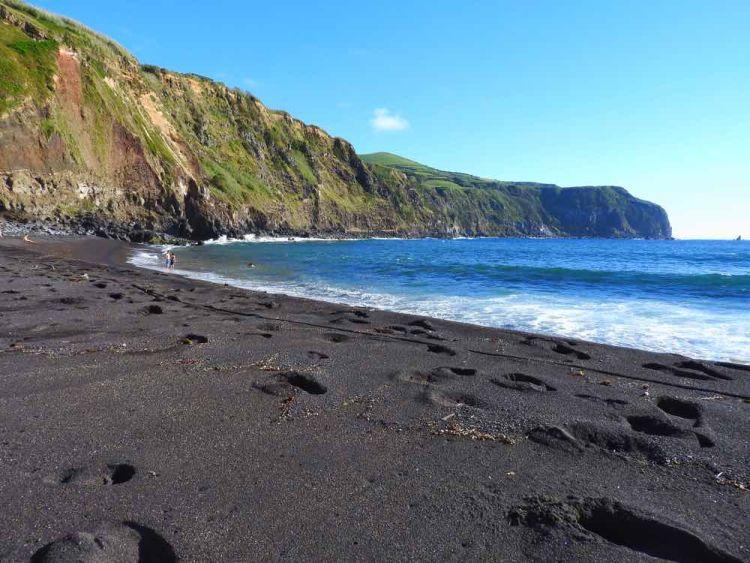 A fekete homokos partok is csodaszépek