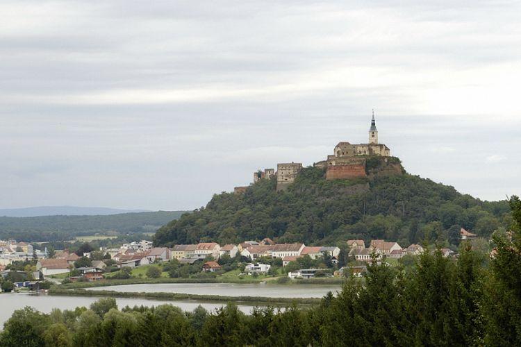 Egy nagy dombcsúcson emelkedik a vár