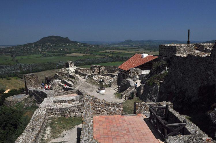 Kilátás a várból, háttérben a Szent-György hegy