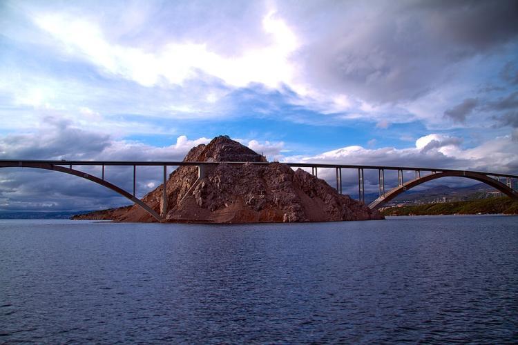 A Krk-i hídon a sziget felé fizetni kell