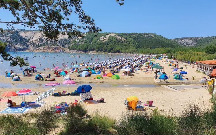 Kisgyerekesek számára paradicsom a Lopar melletti part
