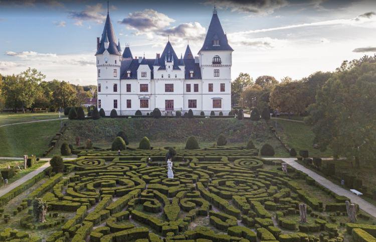 Tényleg hasonlít a francia kastélyokra, nem csoda, hogy hazánk leszebb helyei közé sorolják