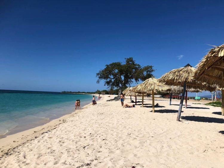 Trinidadi szállásadóim ajánlották Playa Ancon Beachet 🙂 privát taxival háztól házig 16 peso 25-30 perc oda, este vissza úgyszintén 🙂 nem szabad kihagyni, ha barnulni pihenni is akarsz