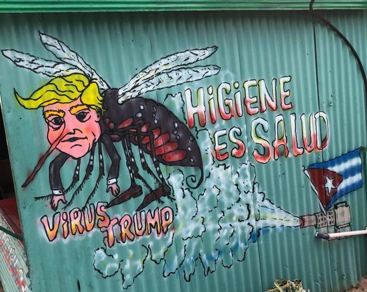 Egy büfé oldalán a nem kellemes Amerika-Kuba közötti politikai helyzet. Érződik, ha beszélgetsz a helyiekkel róla.