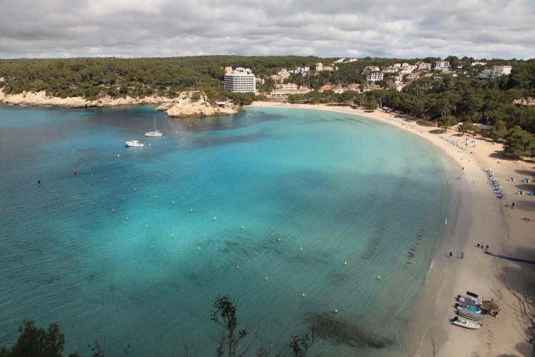 Menorca tengerpartjai között az egyik legnépszerűbb