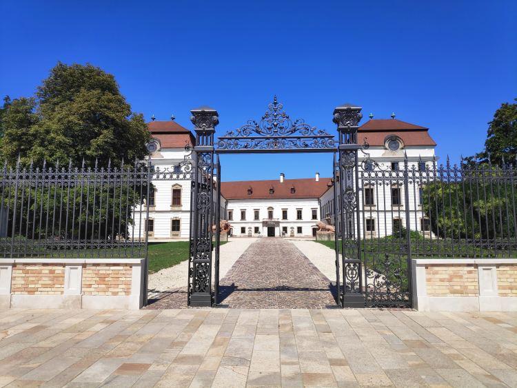 A pápai Esterházy-kastély felújítva pompázik a központban
