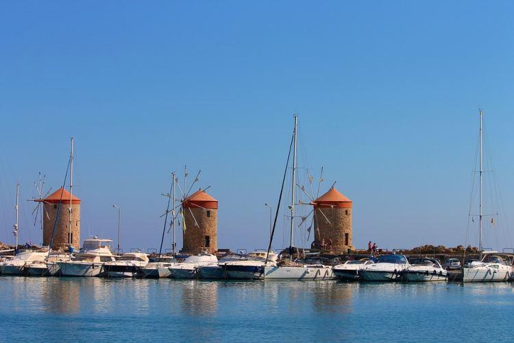 A yachtok mögött érdekes látvány a három szélmalom