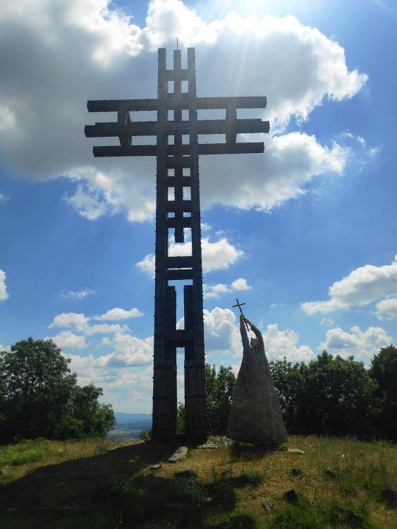 A kereszt és Szent István szobra a hegycsúcson látható