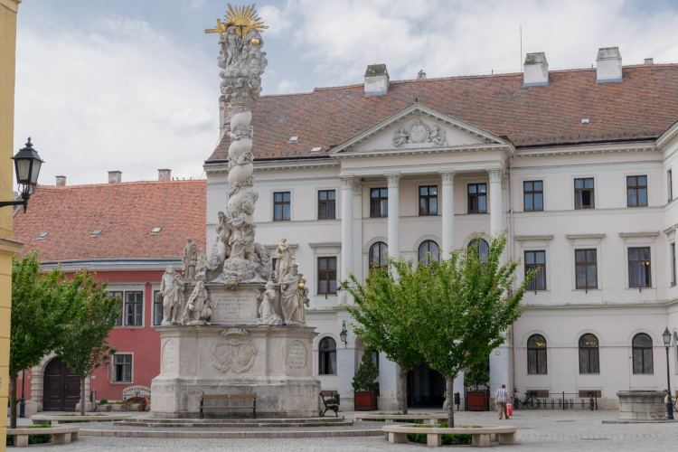 A Fő téri Szentháromság-szobor