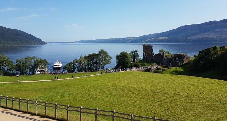 Loch Ness tava, előtérben Urquhart vára