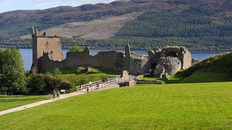 A Loch Ness partján álló vár még romos állapotban is csodás