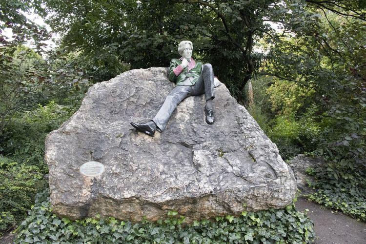 Oscar Wilde szobra a parkban