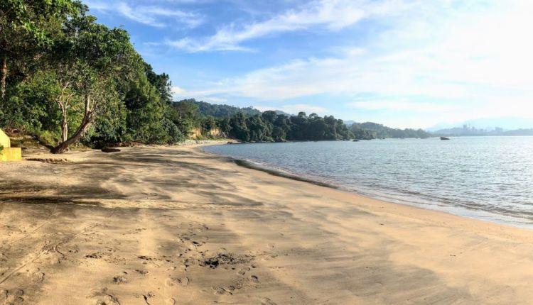 A homok sárga-fekete színe teszi egyedivé a tengerpartot