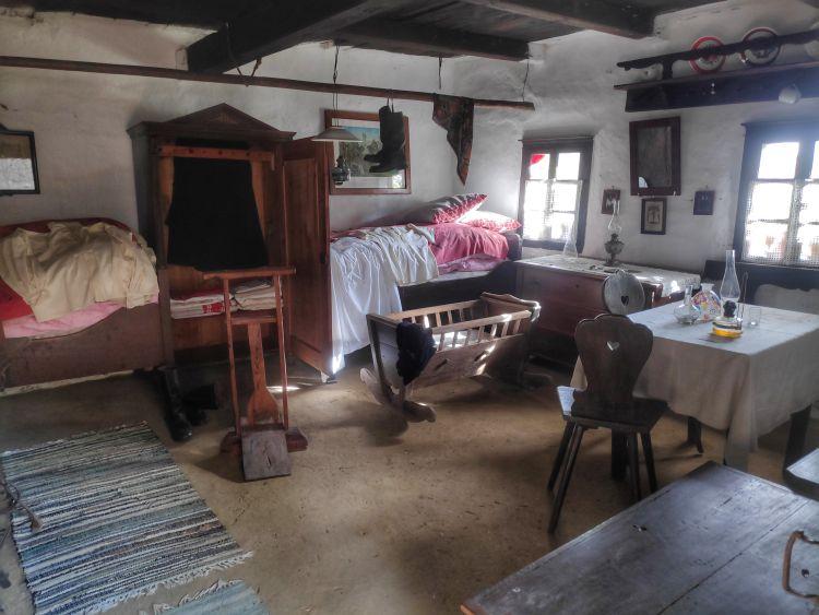 Benézhetünk a szobákba, ahol a régi berendezéseket látjuk