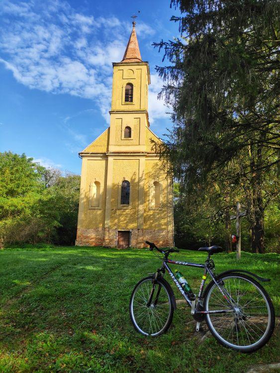 A délelőtti napsütésben még szebb volt a templom