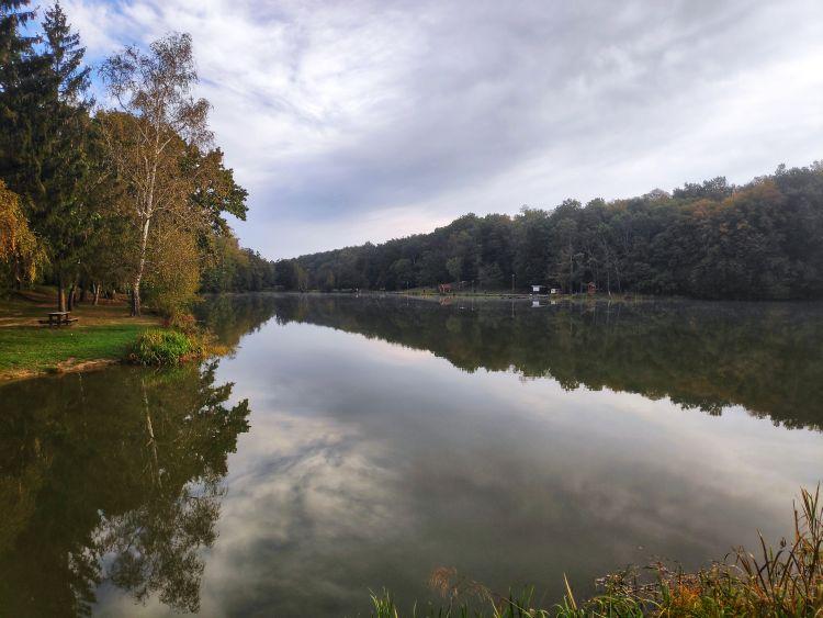 Nyáron nagy élet lehet, több vendéglátó egység van a tó mellett