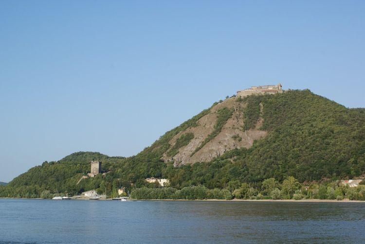 Fent a Fellegvár, lent a Salamon-torony látható