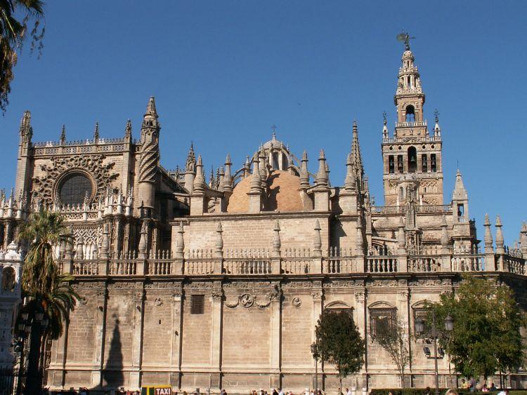 A katedrális a világ legnagyobb gótikus temploma. Jobb oldalon látható a La Giralda.