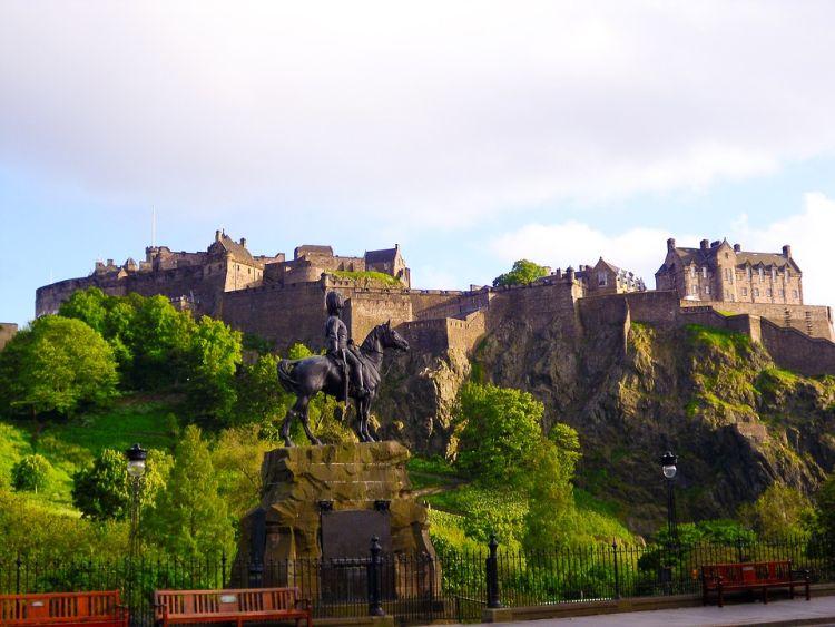 A fővárost egykori erődként uralja a vár