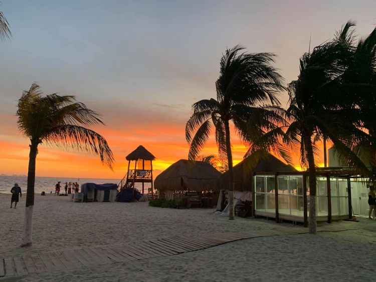 Mujeres szigete Cancun mellett van