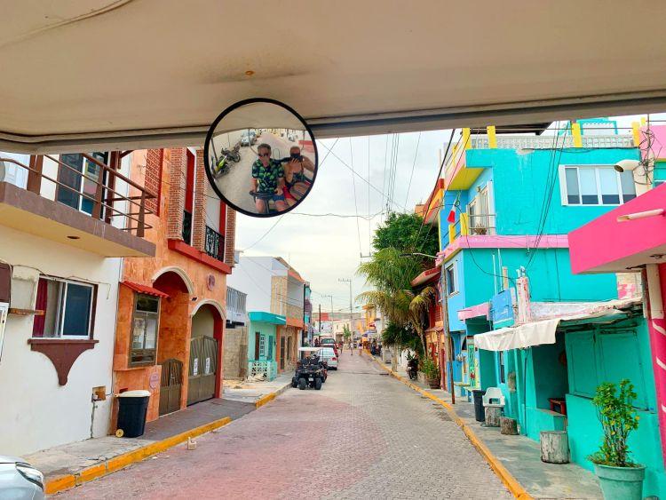 Milyen szép színes házak vannak a szigeten (is)!