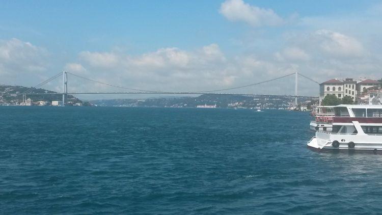 A Boszporusz-híd felé visz a hajó