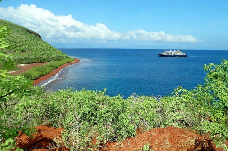 Rabida szigetének partja vörös színű