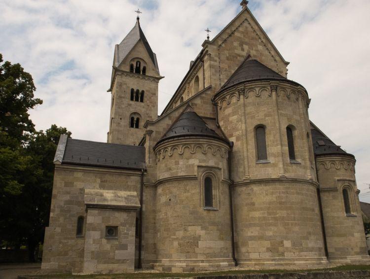 Hazánk egyik legjelentősebb román stílusú temploma