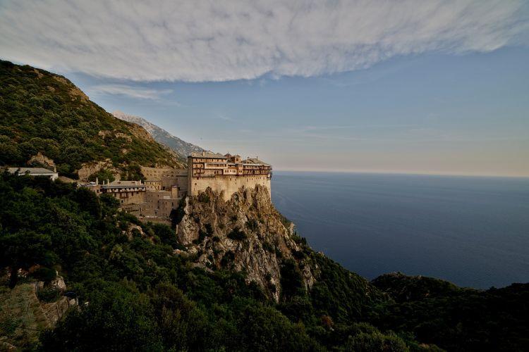 Az Athosz-hegy félszigete szinte külön állam, ahol sok kolostor található