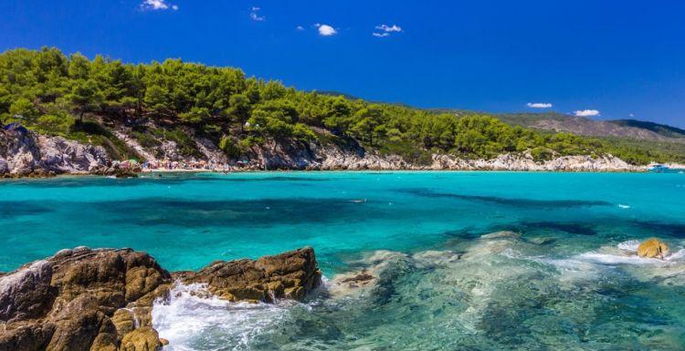 A fehér sziklák és a türkizkék víz fantasztikus látványt nyújt